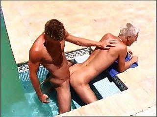 पूल में Twink जस्टिन लटका dawyd के साथ गुदा मैथुन की सूई