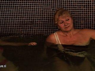 स्नान और सौना में परिपक्व महिलाओं