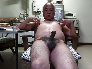 जापानी बूढ़े आदमी लिंग स्पर्श निपल्स को चिकोटी