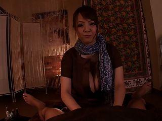 बड़े स्तन के साथ भव्य जापानी