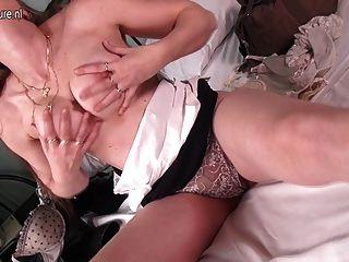 उसके बिस्तर पर masturbating कामुक असली मां