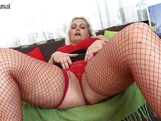 पुराने योनी के साथ खेल रहा PAWG गोरा माँ