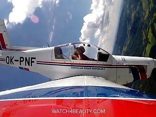 बड़े स्तन आकर्षक एक हवाई जहाज़ पर हस्तमैथुन