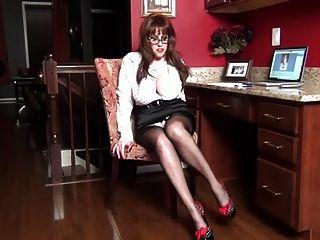 एक पोल्का डॉट sexetary के रूप में सामन्था पैर