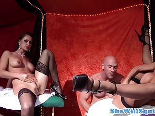 वेरोनिका Avluv squirts जब नोरा नोयर के साथ masturbating