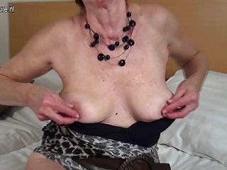 बहुत भूख लगी योनी के साथ सेक्सी दादी