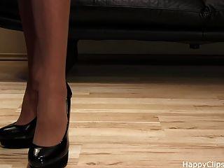 anique एक काले रंग की ऊँची एड़ी में बहुत अच्छा जूता कदम