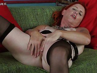 dildo के साथ शौकिया परिपक्व माँ