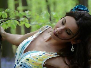 पोशाक में शूटिंग के दौरान युवा गैंगबैंग महिला