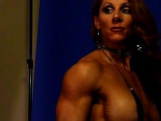 2 स्टूडियो में सेक्सी मांसपेशी देवी