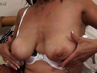 saggy स्तन के साथ 54yo माँ अकेले निभाता है