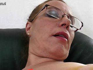 पुराने योनी और saggy स्तन के साथ nerdy माँ