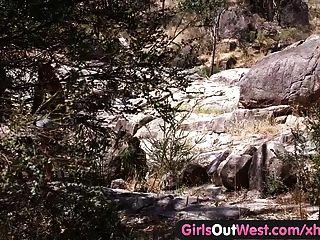 पश्चिम बाहर लड़कियों - समलैंगिक ऑस्ट्रेलियाई सहयात्री सड़क पर पाला