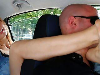 unp001- बव्वा इतालवी लड़की पैर गला दबाने आदमी कार-