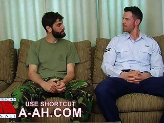 ब्रिटिश सैनिक अमेरिकी सैनिक द्वारा गधा तेज़ हो जाता है