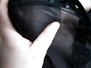 एक के माध्यम से देखते ब्लाउज में उसके स्तन को छू