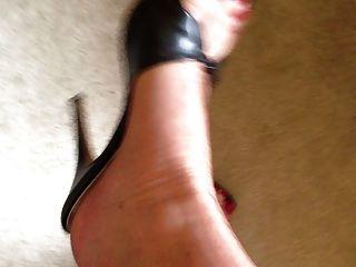 मोज़ा और ऊँची एड़ी के जूते में मेरे पैर