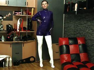बैंगनी और सफेद सूट और स्टॉकिंग्स - सभी लेटेक्स
