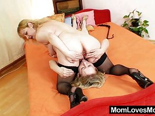शौकिया माताओं एक dildo के साथ एक दूसरे को कमबख्त