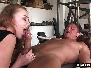 सेक्सी रेड इंडियन फूहड़ एक अच्छा blowjob देता है
