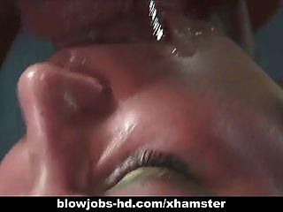 सेक्सी श्यामला उसे अकेला एक चौंकाने वाली blowjob देता है