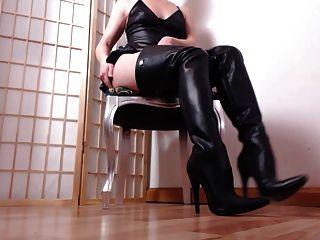 गर्म चमड़े के जूतों में अपनी औरत
