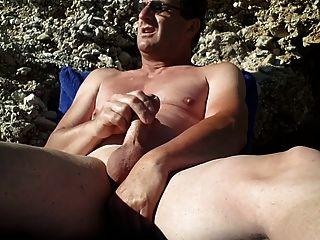 नग्न समुद्र तट पर हस्तमैथुन