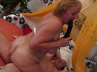 दादी वेश्या कमबख्त और उसके लड़के खिलौना चूसने