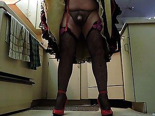 रसोई घर में काले रंग की झालरदार स्कर्ट में बहिन रे (मुर्गा क्लोज अप)