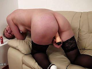 परिपक्व फूहड़ माँ सोफे पर खेलने के लिए प्यार करता है