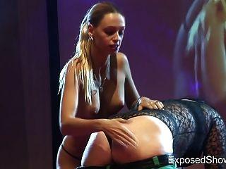 मंच पर उसे महिला प्रशंसक के साथ गर्म गोरा खेलने