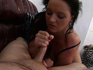 प्यारा फूहड़ एक एशियाई आदमी masturbates जब तक वह ejaculates