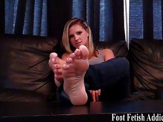 मेरे आदर्श सफेद पैर की उंगलियों पर चूसना