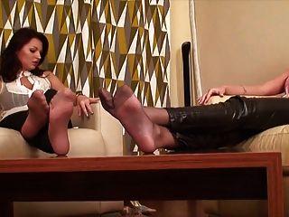 दो लड़कियों सेक्सी पैर और बुत की अनदेखी