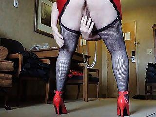 लाल miniskirt और काले fishnet मोज़ा में बहिन रे