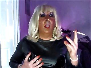 क्रिसी धूम्रपान और वेबकैम पर काले पीवीसी में wanking