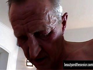 tanned किशोर एक पुराने दोस्त के द्वारा गड़बड़ हो जाता है