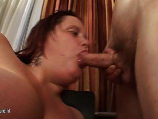 बड़े titted माँ उसे गधा बंद चूसने