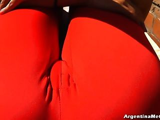 बड़े स्तन और बिग cameltoe ultratight पैंट में सेक्सी योग कर