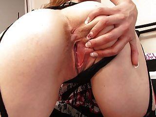 सुडौल युवा गोरा सेक्सी फीता और मोजा में आश्चर्यजनक लगता है