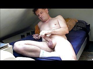 बिस्तर पर कमिंग