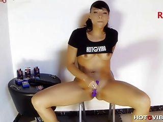 वह कुर्सी के लिए एक dildo पट्टियाँ और यह अच्छा fucks