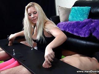 सुनहरे बालों वाली महिलाओं का दबदबा Handjob दौरान 2 लंड के साथ उसे रास्ता है