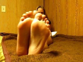 गर्म गोरे पैरों पर सह जॉय
