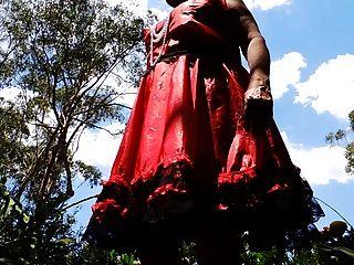 लाल साटन पोशाक घूमता सुनहरे बालों वाली लड़कियों में बहिन रे