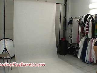 गर्म लेटेक्स पोशाक में मंच के पीछे फोटोशूट