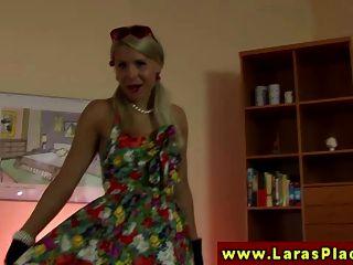 ब्रिटिश ग्लैमर lesbo एकल में खेलता है
