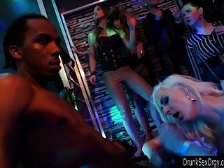 Slutty लड़कियों क्लब में गड़बड़ हो जाता है