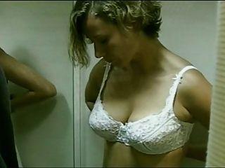 जर्मन अभिनेत्री उसकी ब्रा को हटा