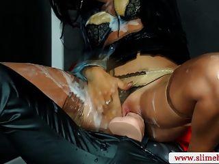 gloryhole में सेक्सी strapon समलैंगिक आंकी